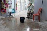 Baru diresmikan, Pedagang Pasar Rakyat Pariaman keluhkan lantai bangunan bocor (Video)