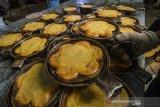Pekerja membuat kue bingka di rumah produksi Bingka H Thamrin Salon di Banjarmasin, Kalimantan Selatan, Sabtu (17/4/2021). Rumah produksi kue khas Banjar tersebut dalam sehari mampu memproduksi 1.100 kue bingka dengan harga Rp45 ribu per buah untuk melayani permintaan yang meningkat selama bulan Ramadhan. Foto Antaranewa Kalsel/Bayu Pratama S.