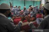 Sejumlah siswa penyandang disabilitas membacakan hafalan doa dengan bahasa isyarat saat mengikuti pesantren Ramadhan di Panti Sosial Rehabilitasi Penyandang Disabilitas Dinsos Jabar, Cimahi, Jawa Barat, Sabtu (17/4/2021). Pesantren Ramadhan  yang diikuti oleh 50 siswa penyandang disabilitas tersebut digelar dalam rangka mengisi waktu luang di bulan suci ramadan untuk memperdalam ilmu agama dengan membaca Al Quran, ibadah dan hafalan doa. ANTARA JABAR/Raisan Al Farisi/agr