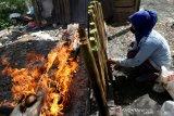 Warga membakar lemang di Gampong Blowe, Banda Aceh, Aceh, Sabtu (17/4/2021). Lemang yang dikenal di Indonesia, Malaysia, Cina, Korea dan Singapura merupakan makanan yang terbuat dari beras ketan yang dimasak dengan cara dibakar dalam seruas bambu hingga menjadi takjil favorit dan diminati untuk menu berbuka puasa pada bulan Ramadhan. Antara Aceh/Irwansyah Putra