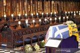 Ratu Inggris Elizabeth II melihat peti mati suaminya, Pangeran Philip yang meninggal pada usia 99 tahun, saat upacara pemakamannya di Kapel St George, di Windsor, Inggris, (17/4/2021). ANTARA FOTO/ Jonathan Brady / Pool via REUTERS/aww.