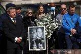 Sopir taksi London Black Cab melakukan keheningan satu menit selama pemakaman Pangeran Philip dari Inggris, suami Ratu Elizabeth, yang meninggal pada usia 99 tahun, di The Mall di London, Inggris, (17/4/2021). ANTARA FOTO/REUTERS / Henry Nicholls/aww.