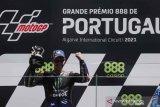 Pebalap Monster Yamaha Fabio Quartararo merayakan kemenangannya di MotoGP Portugal, Algarve International Circuit, Portimao, Portugal, Minggu (18/4/2021). ANTARA FOTO/REUTERS/Pedro Nunes/rwa.