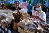 Perajin menunjukkan peralatan makan ramah lingkungan yang dijual saat kegiatan