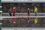 Warga melintas di samping diorama sejarah penyebaran Islam di Menara Gentala Arasy, perkampungan Seberang Kota Jambi, Arab Melayu, Pelayangan, Jambi, Sabtu (17/4/2021). Menara setinggi 80 meter yang dibangun di perkampungan santri tersebut merupakan kawasan wisata religi di Provinsi Jambi yang dilengkapi museum dan diorama sejarah penyebaran Islam di daerah itu. ANTARA FOTO/Wahdi Septiawan/wsj.