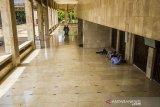 Warga beristirahat menunggu waktu shalat zuhur di Masjid Raya Sabilal Muhtadin, Banjarmasin, Kalimantan Selatan, Senin (19/4/2021). Bulan suci Ramadhan dimanfaatkan umat Islam untuk memperbanyak amalan dan ibadah diantaranya shalat, Zikir dan tadarus Al Quran. Foto Antaranews Kalsel/Bayu Pratama S.