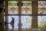 Umat Islam beribadah di Masjid Raya Sabilal Muhtadin, Banjarmasin, Kalimantan Selatan, Senin (19/4/2021). Bulan suci Ramadhan dimanfaatkan umat Islam untuk memperbanyak amalan dan ibadah diantaranya shalat, Zikir dan tadarus Al Quran. Foto Antaranews Kalsel/Bayu Pratama S.