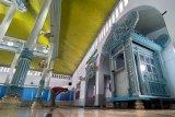 Warga menunaikan ibadah shalat wajib di masjid Al-Muhajirin,Tulungagung, Jawa Timur, Sabtu (17/4/2021). Keseluruhan konstruksi interior, ornamen dan atap bagunan utama masjid yang berbahan kayu jati ini merupakan bangunan tua berusia 1,5 abad yang dibangun pada 11 Syawal 1262 H atau 1847 Masehi, hasil relokasi dari masjid Jami Al Munawar Kota Tulungagung ada 1992 karena alasan renovasi. Antara Jatim/Destyan Sujarwoko/zk