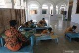 Sejumlah santri mengaji kitab kuning di masjid kawasan pondok pesantren (ponpes) Kapurejo, Kediri, Jawa Timur, Sabtu (17/4/2021). Masjid kuno yang terletak di kawasan pondok pesantren tertua di Kediri tersebut merupakan peninggalan KH Hasan Muchyi yang merupakan mertua dari pendiri Nahdlatul Ulama KH Hasyim Asy'ari. Antara Jatim/Prasetia Fauzani/zk