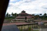 MASJID TUA INDRAPURI BEKAS CANDI KERAJAAN HINDU. Warga berada di rumah ibadah bersejarah, Masjid Tua Indrapuri, Kecamatan Indra Puri, Kabupaten Aceh Besar, Aceh, Senin (19/4/2021). Situs sejarah Masjid Indrapuri berkontruksi kayu dan kubahnya berbentu piramida itu merupakan bekas istana dan candi kerajaan Hindu Lamuri abad ke-12 Masehi di Aceh dan pada masa kerajaan Sultan Iskandar Muda abad 1618 Masehi dijadikan sebagai masjid. ANTARA FOTO/Ampelsa.
