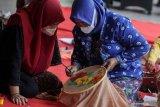 Peserta mengikuti pelatihan melukis dengan media kain di Fave hotel Sidoarjo, Jawa Timur, Senin (19/4/2021). Kegiatan dalam rangka menyambut hari Kartini tersebut juga memberikan keterampilan melukis dan memberdayaan kepada kaum perempuan untuk menciptakan ide bisnis rumahan di tengah pandemi. Antara Jatim/Umarul Faruq/zk