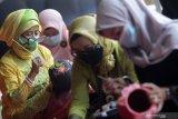Peserta mengikuti pelatihan melukis dengan media gerabah di Fave hotel Sidoarjo, Jawa Timur, Senin (19/4/2021). Kegiatan dalam rangka menyambut hari Kartini tersebut juga memberikan keterampilan melukis dan memberdayaan kepada kaum perempuan untuk menciptakan ide bisnis rumahan di tengah pandemi. Antara Jatim/Umarul Faruq/zk