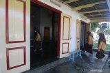 Sejumlah santriawati memasuki rumah pendiri Nahdlatul Ulama (NU) KH Hasyim Asy'ari untuk belajar mengaji di kawasan Pondok Pesantren Kapurejo, Kediri, Jawa Timur, Sabtu (17/4/2021). Rumah kuno yang pernah digunakan sebagai tempat pertemuan sejumlah tokoh pergerakan kemerdekaan tersebut masih terawat dan difungsikan sebagai tempat santri mengaji. Antara Jatim/Prasetia Fauzani/zk