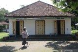Pengunjung melintas di depan rumah pendiri Nahdlatul Ulama (NU) KH Hasyim Asy'ari di kawasan Pondok Pesantren Kapurejo, Kediri, Jawa Timur, Sabtu (17/4/2021). Rumah kuno yang pernah digunakan sebagai tempat pertemuan sejumlah tokoh pergerakan kemerdekaan tersebut masih terawat dan difungsikan sebagai tempat santri mengaji. Antara Jatim/Prasetia Fauzani/zk