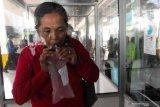 Calon penumpang kapal menjalani tes deteksi COVID-19 dengan metode GeNose C19 di terminal penumpang Gapura Surya Nusantara, Pelabuhan Tanjung Perak, Surabaya, Jawa Timur, Sabtu (17/4/2021). Kewajiban tes GeNose C19 bagi calon penumpang kapal laut itu merupakan kelengkapan syarat perjalanan sebagai upaya pencegahan penyebaran COVID-19. Antara Jatim/Didik Suhartono/zk