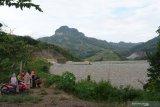 Pekerja menggunakan alat berat melakukan aktivitas di areal proyek pembangunan Waduk Bendo di Desa Ngindeng, Sawoo, Ponorogo, Jawa Timur, Sabtu (17/4/2021). Progres pembangunan Waduk Bendo yang selain untuk mengendalikan banjir diproyeksikan memiliki daya tampung 43 juta meter kubik air tersebut saat ini mencapai sekitar 91 persen dan rencananya diresmikan Presiden Joko Widodo antara Juni-Juli 2021. Antara Jatim/Siswowidodo/zk