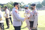 Kapolda NTB beri piagam penghargaan kepada anggota berprestasi