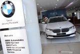 Pengunjung mengamati interior BMW the new 5 saat peluncuran mobil tesebut di Showroom BMW Astra Surabaya, Jawa Timur, Senin (19/4/2021). Dengan hadirnya BMW seri 5 terbaru  diharapkan dapat memenuhi keinginan masyarakat di Surabaya untuk merasakan sensasi berkendera yang lebih dinamis dengan nuansa premium. Antara Jatim/Zabur Karuru