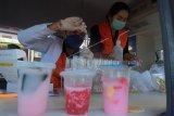 Petugas Balai Besar Pengawas Obat dan Makanan (BBPOM) menguji kandungan pada sampel takjil saat melakukan intensifikasi pengawasan pangan di Pasar Dalung Permai, Badung, Bali, Senin (19/4/2021). Kegiatan tersebut untuk mengantisipasi adanya kandungan zat berbahaya pada takjil yang dijual di kawasan itu. ANTARA FOTO/Nyoman Hendra Wibowo/nym.