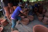 Perajin menata gerabah untuk dijual di Banjar Binoh Kaja, Desa Ubung, Denpasar, Bali, Senin (19/4/2021). Berdasarkan data dari Dinas Koperasi dan UMKM Kota Denpasar pada Januari hingga Februari 2021 penyaluran Kredit Usaha Rakyat (KUR) sebesar Rp261 miliar tersebut didominasi usaha perdagangan dan jasa sehingga akan dilakukan sosialisasi lebih masif agar manfaat KUR bisa dirasakan oleh seluruh pelaku UMKM. ANTARA FOTO/Nyoman Hendra Wibowo/nym.
