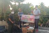 Selang beberapa jam rumahnya terbakar, Darwas terima bantuan dari PT Semen Padang