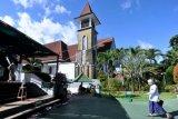 Umat muslim berjalan di Masjid Agung Ibnu Batutah yang terletak bersebelahan dengan Gereja Katolik Maria Bunda Segala Bangsa di Pusat Peribadatan Puja Mandala, Nusa Dua, Badung, Bali, Senin (20/4/2021). Kawasan peribadatan yang terdiri dari lima tempat ibadah dalam satu kawasan tersebut menjadi wujud toleransi dan kerukunan umat beragama di Pulau Dewata. ANTARA FOTO/Fikri Yusuf/nym.