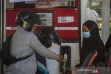 Karyawan SPBU melakukan pengisian BBM jenis Pertalite ke tanki sepeda motor saaat promo Langit Biru Pertamina di SPBU Jalan Brigjend H Hasan Basri, Banjarmasin, Kalimantan Selatan, Selasa (20/4/2021). Promo Langit Biru Pertamina merupakan program penurunan harga BBM jenis Pertalite dari Rp7.850 per liter menjadi Rp6.450 per liter setara dengan harga premium yang diperuntukkan untuk kendaraan roda dua, roda tiga dan angkutan umum. Foto Antaranews Kalsel/Bayu Pratama S.