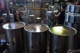 PRODUKSI CINCAU SELAMA RAMADHAN. Pekerja memasak air cincau saat proses produksi di salah satu industri rumahan, Kampung Laksana, Kecamatan Kuta Alam, Banda Aceh, Aceh, Selasa (20/4/2021). Menurut pelaku usaha tersebut, produksi cincau selama ramadhan mulai meningkat dengan harga penjualan Rp20.000 per kaleng (3 kilogram) dibanding sebelumnya awal pandemi COVID-19 mengalami penurunan drastis. ANTARA FOTO/Ampelsa