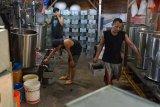 PRODUKSI CINCAU SELAMA RAMADHAN. Pekerja menata kaleng berisi cincau saat proses produksi di salah satu industri rumahan, Kampung Laksana, Kecamatan Kuta Alam, Banda Aceh, Aceh, Selasa (20/4/2021). Menurut pelaku usaha tersebut, produksi cincau selama ramadhan mulai meningkat dengan harga penjualan Rp20.000 per kaleng (3 kilogram) dibanding sebelumnya awal pandemi COVID-19 mengalami penurunan drastis. ANTARA FOTO/Ampelsa