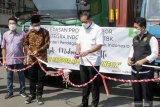 Menteri Perdagangan Muhammad Lutfi (kedua kanan) Wakil Gubernur Jawa Timur Emil Dardak (kanan) Bupati Sidoarjo Ahmad Muhdlor Ali (kedua kiri) memotong pita saat pelepasan produk ekspor PT Integra Indocabinet Tbk (WOOD) di Sedati, Sidoarjo, Jawa Timur, Selasa (20/4/2021). PT Integra Indocabinet Tbk (WOOD) mengirim produk Cysteine natural pertama ke pasar global dengan Ekspor sebesar 90%  ke pasar Amerika Serikat (AS), sisanya ke Inggris dan negara lainnya dengan Nilai ekspor Integra pertahun senilai US$ 300-400 juta dengan total kontainer setahun sekitar 10.000 kontainer. Antara Jatim/Umarul Faruq/zk.
