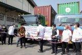Menteri Perdagangan Muhammad Lutfi (tengah) Wakil Gubernur Jawa Timur Emil Dardak (ketiga kanan) Bupati Sidoarjo Ahmad Muhdlor Ali (ketiga kiri) memotong pita saat pelepasan produk ekspor PT Integra Indocabinet Tbk (WOOD) di Sedati, Sidoarjo, Jawa Timur, Selasa (20/4/2021). PT Integra Indocabinet Tbk (WOOD) mengirim produk Cysteine natural pertama ke pasar global dengan Ekspor sebesar 90%  ke pasar Amerika Serikat (AS), sisanya ke Inggris dan negara lainnya dengan Nilai ekspor Integra pertahun senilai US$ 300-400 juta dengan total kontainer setahun sekitar 10.000 kontainer. Antara Jatim/Umarul Faruq/zk.