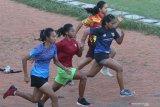 Sejumlah atlet junior mengikuti latihan dan pembinaan di Stadion Brawijaya, Kota Kediri, Jawa Timur, Selasa (20/4/2021). Persatuan Atlet Seluruh Indonesia (PASI) terus melakukan pembinaan dan pembibitan atlet junior sebagai bentuk regenerasi atlet nasional meskipun belum ada kompetisi saat pandemi COVID-19. Antara Jatim/Prasetia Fauzani/zk.