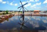Pekerja memeriksa kincir angin yang berfungsi memasukkan air laut ke penampungan sementara di lahan garam Desa Bunder, Pamekasan, Jawa Timur, Selasa (20/4/2021). Petani  garam di kabupaten itu mulai menyiapkan lahannya untuk menyambut musim olah tahun ini. Antara Jatim/Saiful Bahri/zk