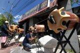 Perajin menyelesaikan bedug berbahan styrofoam di Denpasar, Bali, Selasa (20/4/2021). Tempat usaha yang sempat mengalami penurunan pesanan pada bulan Ramadhan tahun 2020 tersebut saat ini kembali menerima banyak pesanan pernak-pernik Ramadhan dari instansi pemerintah, pusat perbelanjaan dan bank dengan harga jual berkisar Rp700 ribu hingga Rp1,7 juta per unit. ANTARA FOTO/Nyoman Hendra Wibowo/nym.