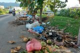 Tumpukan Sampah. Pengendara melintasi tumpukan sampah di pinggir jalan di kawasan Lhoong Raya, Banda Aceh, Selasa (20/4/2021).