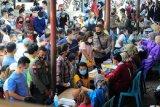 Warga berkerumun saat antre vaksinasi COVID-19 massal dosis pertama di Terminal Rawasari, Jambi, Senin (19/4/2021). Vaksinasi yang sedianya menargetkan petugas pelayanan publik sektor transportasi tersebut justru dipadati masyarakat umum sehingga mengakibatkan kerumunan. ANTARA FOTO/Wahdi Septiawan/foc