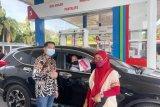 Peringati Hari Kartini, petugas SPBU Pertamina kenakan baju adat