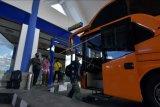 Penumpang memasuki bus saat akan pulang ke kampung halaman di Terminal Tipe A Mengwi, Badung, Bali, Rabu (21/4/2021). Adanya peraturan pemerintah terkait larangan mudik pada tanggal 6-17 Mei 2021 dalam upaya pencegahan penyebaran COVID-19 tersebut membuat sebagian warga memilih mudik lebih awal sehingga tercatat 600 orang per harinya yang keluar dan masuk Pulau Bali melalui terminal itu. ANTARA FOTO/Nyoman Hendra Wibowo/nym.