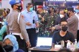 Panglima TNI Marsekal TNI Hadi Tjahjanto (ketiga kanan), Kapolri Jenderal Pol Listyo Sigit Prabowo (kanan) dan Gubernur Bali Wayan Koster (kedua kanan) meninjau pelaksanaan vaksinasi COVID-19 di Mal Bali Galeria, Kuta, Bali, Rabu (21/4/2021). Pelaksanaan vaksinasi COVID-19 di pusat perbelanjaan tersebut dilakukan untuk mempercepat program vaksinasi guna menekan laju penyebaran COVID-19 sebagai salah satu upaya untuk memulihkan sektor perekonomian di Bali. ANTARA FOTO/Fikri Yusuf/nym.