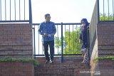 Gubernur Jawa Barat Ridwan Kamil (kiri) bersama Wakil Walikota Cirebon Eti Herawati (kanan) melihat kondisi alun-alun Kejaksan yang baru diresmikan di Kota Cirebon, Jawa Barat, Rabu (21/4/2021). Ridwan Kamil berharap alun-Alun Kejaksan Cirebon mampu ikon kota sekaligus dapat meningkatkan kunjungan wisatawan. ANTARA JABAR/Dedhez Anggara/agr