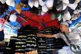 Pedagang Kaki Lima menata peci motif Aceh yang dijajakan di kawasan Masjid Raya Baiturrahman, Banda Aceh, Aceh, Rabu (21/4/2021). Peci yang dibordir berbagai motif khas Aceh mengalami penurunan permintaan hingga 50 persen dibanding Ramadhan tahun lalu yang dijual Rp25.000 hingga Rp75.000 perunit tergantung kualitas bordiran motif dan bahan. Antara Aceh/Irwansyah Putra.