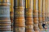 Umat Islam membaca Al Quran di dalam Masjid Agung Al-Falah atau Masjid Seribu Tiang, Jambi, Rabu (21/4/2021). Masjid yang diresmikan pemakaiannya pada 1980 oleh mantan Presiden Soeharto tersebut dibangun tanpa dinding dan pintu dengan 232 tiang penyangga atap dan kubah. ANTARA FOTO/Wahdi Septiawan/hp.