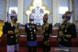 Wali Kota Banda Aceh Aminullah Usman (dua kiri) berbincang dengan Ketua Dewan Perwakilan Rakyat Kota (DPRK) Farid Nyak Umar (dua kanan) dan Wakil Ketua I Usman (kiri) serta Wakil Ketua II Isnaini Husda (kanan) yang memakai baju adat daerah seusai mengikuti rapat paripurna istimewa dalam rangka peringatan HUT ke-816 Kota Banda Aceh di Banda Aceh, Aceh, Kamis (22/4/2021). Kota Banda Aceh yang telah berusia 816 tahun merupakan salah satu kota islam tertua di Asia Tenggara yang didirikan Sultan Johan Syah pada 22 April 1205. Antara Aceh/Irwansyah Putra.