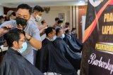 Peserta pelatihan praktik pangkas rambut di Kantor Pemkot Magelang