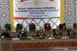 Wali Kota Banda Aceh Aminullah Usman bersama pimpinan Dewan Perwakilan Rakyat Kota (DPRK) Banda Aceh memakai pakaian adat saat mengikuti rapat paripurna istimewa dalam rangka peringatan HUT ke-816 Kota Banda Aceh di Banda Aceh, Aceh, Kamis (22/4/2021). Kota Banda Aceh yang telah berusia 816 tahun merupakan salah satu kota islam tertua di Asia Tenggara yang didirikan Sultan Johan Syah pada 22 April 1205. Antara Aceh/Irwansyah Putra