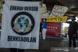 Sejumlah aktivis dari Walhi Jabar melakukan aksi peringatan Hari Bumi 2021 di Bandung Jawa Barat, Kamis (22//4/2021). Aksi tersebut juga sebagai bentuk kampanye untuk seluruh manusia ikut berperan dalam