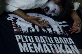 Seniman Pantomim Wanggi Hoed menampilkan seni pantomim saat aksi peringatan Hari Bumi 2021 di Bandung Jawa Barat, Kamis (22//4/2021). Aksi tersebut juga sebagai bentuk kampanye untuk seluruh manusia ikut berperan dalam