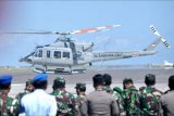 Helikopter Bell (HU-4206) yang mengangkut Panglima TNI Marsekal TNI Hadi Tjahjanto lepas landas dari Lanud I Gusti Ngurah Rai di Badung, Bali, Kamis (22/4/2021). Panglima TNI bertolak menuju KRI Dr Soeharso untuk memantau langsung operasi pencarian KRI Nanggala 402 yang hilang kontak di perairan utara Bali sejak Rabu (21/4) kemarin. ANTARA FOTO/Fikri Yusuf/nym.