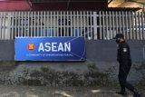 Personel Pasukan Pengamanan Presiden (Paspampres) melintas di depan pagar gedung Sekretariat ASEAN, Jakarta, Kamis (22/4/2021). Konferensi Tingkat Tinggi (KTT) ASEAN 2021 akan digelar di Sekretariat ASEAN, Jakarta pada Sabtu (24/4) yang akan dihadiri sejumlah kepala negara di kawasan Asia Tenggara. ANTARA FOTO/Hafidz Mubarak A/nym.