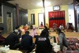Sanak saudara Serda Pandu Yudha Kusuma awak KRI Nanggala 402 berkumpul bersama  di rumahnya di Ketapang, Banyuwangi, Jawa Timur, Kamis (22/4/2021). Keluarga awak KRI  Nanggala 402 yang hilang kontak saat menggelar latihan penembakan rudal di laut utara Bali pada rabu (21/4) itu berkumpul menggelar doa bersama agar dalam pencarian tim SAR diberikan kemudahan. Antara Jatim/Budi Candra Setya/zk.